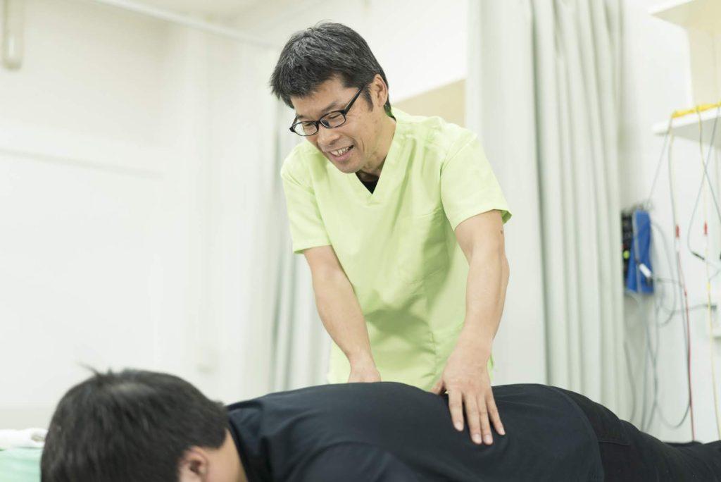 背中の痛みに対するマッサージ・鍼灸