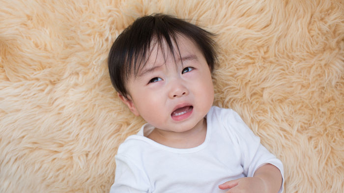 成長痛で泣く子供